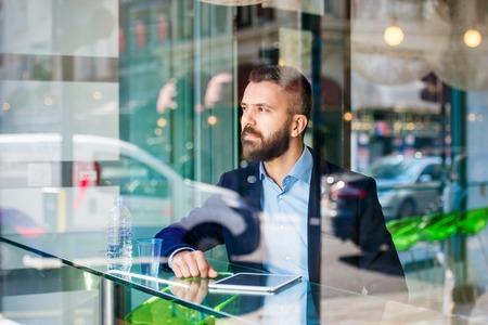 ejecutivos: Doble exposici�n de un hombre joven y guapo con la tableta Foto de archivo