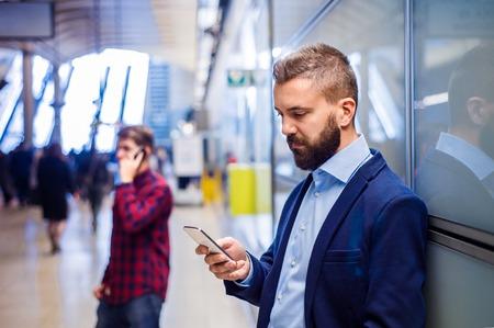 gente aeropuerto: Apuesto hombre de negocios joven con la tablilla en el metro