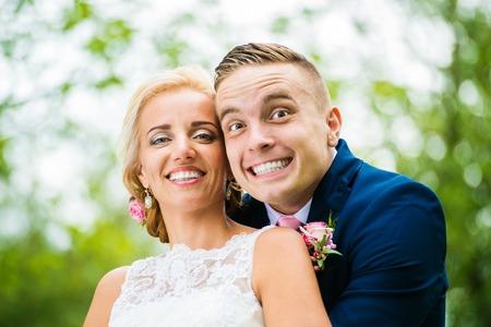 ślub: Piękna młoda para ślub na zewnątrz w przyrodzie