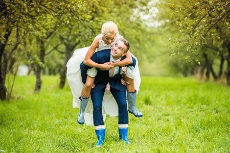 결혼식: 자연에서 외부 아름 다운 젊은 웨딩 커플