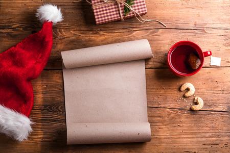 galletas de navidad: Lista de deseos vac�a para Santa Claus puso sobre una mesa de madera