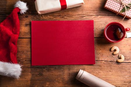 Lege verlanglijst voor de Kerstman gelegd op een houten tafel Stockfoto