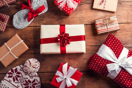 Kerstcadeautjes gelegd op een houten tafel achtergrond