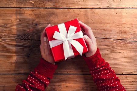 Man holding Weihnachtsgeschenk auf einem Holztisch Hintergrund gelegt Standard-Bild - 47169735