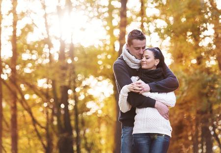 amistad: Bella joven en el amor en una caminata en el bosque de otoño
