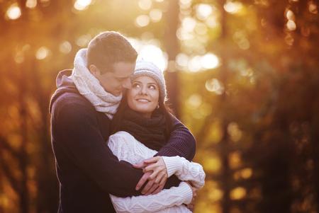 parejas de amor: Bella joven en el amor en una caminata en el bosque de oto�o