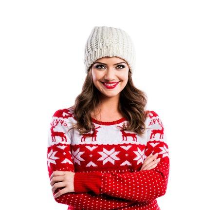 ni�as sonriendo: Joven y bella mujer en su�ter rojo. Estudio dispar� sobre fondo blanco.