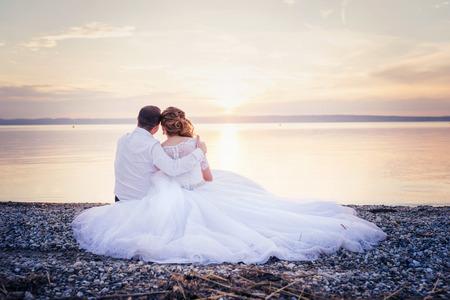 婚禮: 年輕漂亮的新人在岸邊