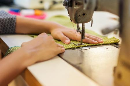 roupas Mulher nova bonita de costura com máquina de costura.