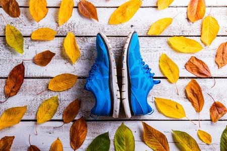 Blauwe loopschoenen op witte houten vloer. Studio shot op houten achtergrond.