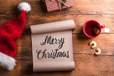 papa noel: Lista de deseos vacía para Santa Claus puso sobre una mesa de madera