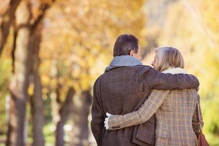 tercera edad: Personas mayores activas hermosas en un paseo en un parque de la ciudad