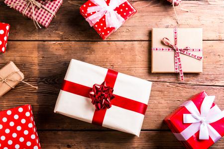 크리스마스는 나무 테이블 배경에 누워 선물