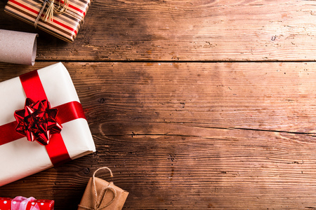 Christmas presents laid on a wooden table background Stockfoto