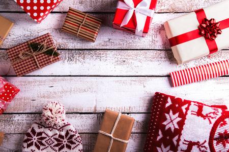 Kerstcadeautjes gelegd op een witte houten tafel achtergrond Stockfoto