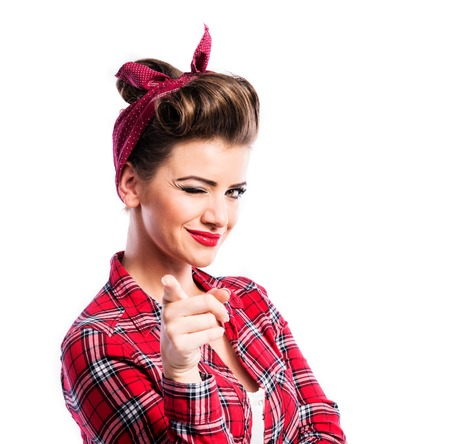 Pin-up, makyaj ve saç modeli ile genç ve güzel bir kadın. Beyaz zemin üzerinde Studio shot