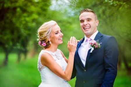 아름 다운 젊은 결혼식 몇 외부 자연에서