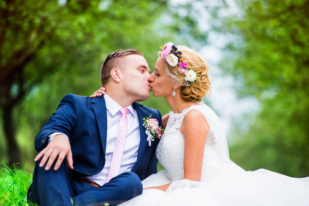 pareja de esposos: Hermosa joven pareja de la boda fuera en la naturaleza