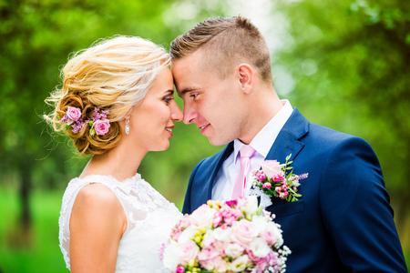 Hermosa joven pareja de la boda fuera en la naturaleza
