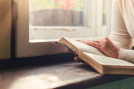 Nierozpoznany kobieta trzyma Biblię w dłoniach