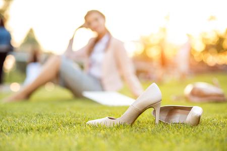 公園に座っている美しい若いビジネス女性