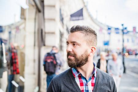 hombres guapos: Hombre hermoso joven en las calles de Londres