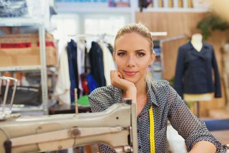 maquinas de coser: Hermosa mujer joven con su máquina de coser.