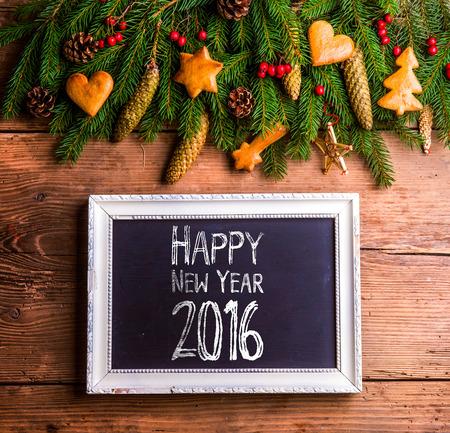 New Year: Szczęśliwy skład nowego roku. Studio strzał na drewnianym tle.
