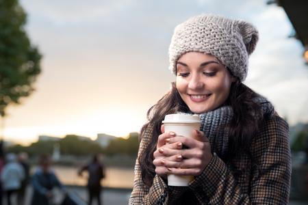 jolie fille: Belle jeune femme avec tasse de caf� dans la ville