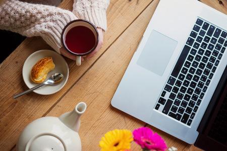 커피 노트북 및 컵 집에서 휴식 아름 다운 여자
