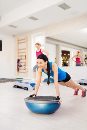 pelo largo: Dos hermosas mujeres j�venes que trabajan en el gimnasio