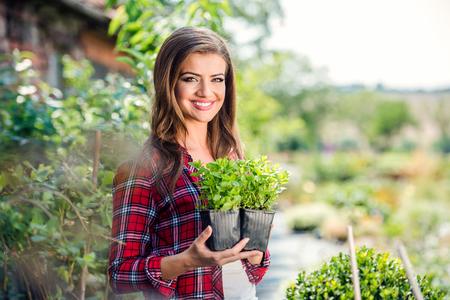 Schöne junge Frau, Gartenarbeit im Sommer draußen Natur