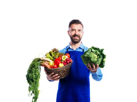 mandil: Jardinero hermoso joven en delantal azul. Estudio tirado en el fondo blanco