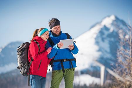 uomo rosso: Giovane coppia escursioni fuori in sole montagne di inverno