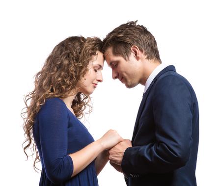 parejas romanticas: Hermosa joven pareja en el amor. Estudio tirado en el fondo blanco