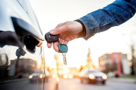 llaves: Mujer irreconocible apertura de su coche con una llave Foto de archivo