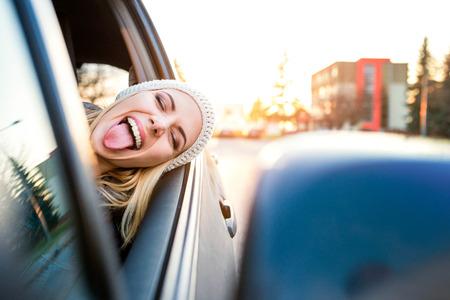 車を運転して若いブロンド美人