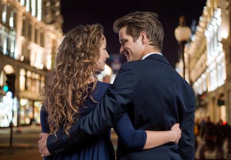 Hermosa joven pareja inconformista en las calles de Londres