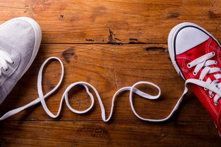 Amor composición. Estudio tirado en el fondo de madera. Foto de archivo - 51582875