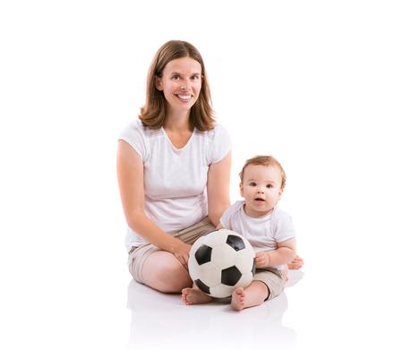 bebe sentado: Hermosa madre con su hijo. Estudio disparó sobre fondo blanco. Foto de archivo
