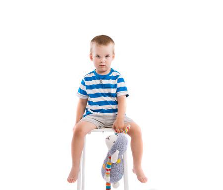 Schattige kleine jongen. Studio opname op een witte achtergrond. Stockfoto