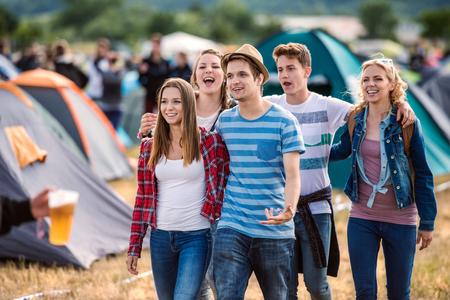 amigos hermosas jóvenes en el festival de verano tienda de campaña