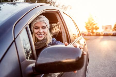 chofer: Hermosa mujer rubia joven conduciendo un coche