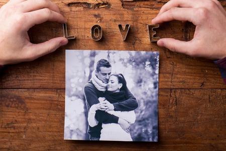 parejas de amor: composici�n d�a de San Valent�n. Estudio tirado en el fondo de madera marr�n.