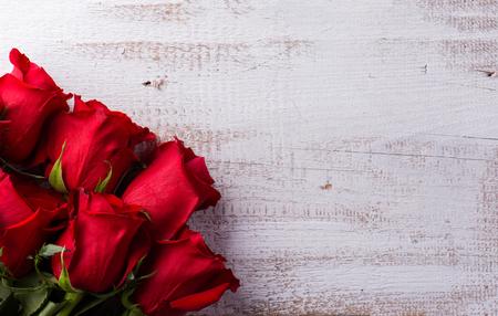 バレンタインの日の組成物。白い木製の背景で撮影スタジオ。