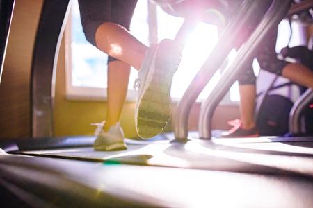 Close up der Beine von zwei Frauen auf dem Laufband in einem Fitness-Studio läuft, sonnigen Tag Standard-Bild - 53211911