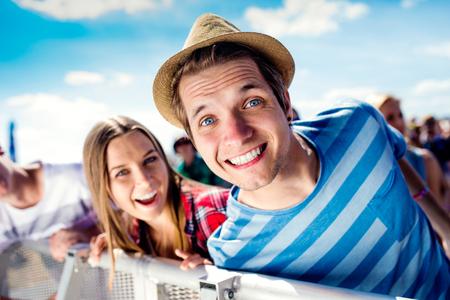 Close-up van tieners in de zomer muziekfestival onder het podium in een menigte genieten van zichzelf Stockfoto