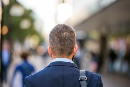 espada: Jefe del gestor irreconocible caminando en la calle de Londres, vista posterior Foto de archivo