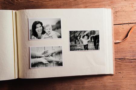 어머니의 날 조성물. 사진 앨범, 흑백 사진. 스튜디오 나무 배경에 총.