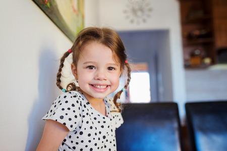 niñas bonitas: Niña linda con dos trenzas en punteada camiseta sonriendo